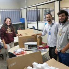Parte da equipe na futura sala do laboratório no IFSP com o novo equipamento da National.